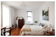 SIMPLE 침실~ White 벽지에 그림, 샹들리에 & 편안한 나무느낌 + 침대 옆엔 러그!!