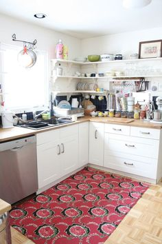 great ideas for open shelving: wine glass holders, teacup hooks, plate holder. All White Kitchen, Red Kitchen, Kitchen Corner, Eclectic Kitchen, Eclectic Rugs, Kitchen Area Rugs, Interior Design Photos, Cottage Kitchens, Butcher Block Countertops