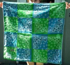 The Blue (and Green) Baby Bandana Blanket - QUILTING - My boyfriend's sister just had her first baby in July, and of course, I couldn't resist the opportunity to make something cute for such a cu Bandana Quilt, Bandana Blanket, Sewing Crafts, Sewing Projects, Quilting Projects, Bandana Crafts, Homemade Blankets, Quilt Display, Crochet Quilt