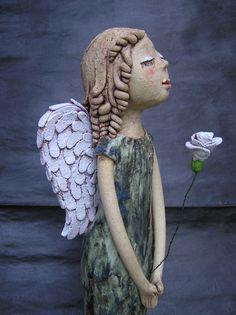 Anděl s bílou růží (ihned k dispozici) Keramická soška doplněná kytičkou na drátěném stonku...není tam napevno, můžete ji měnit za jinou, třeba sušenou...:-) výška 53 cm