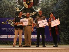 Para nomine dan pemenang pada kategori Tajuk Rencana berfoto bersama dengan Saefullah