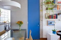 02-decoracao-apartamento-pequeno-integrado-porta-colorida-concreto