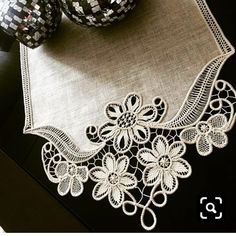 Our new job is bismillah (quote from this model). Filet Crochet, Embroidery Stitches, Hand Embroidery, Model Quotes, Romanian Lace, Point Lace, Tablerunners, Lace Making, New Job