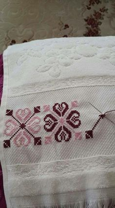 Nice embroidery stitch towel with pattern schema. Just Cross Stitch, Cross Stitch Borders, Cross Stitch Flowers, Cross Stitch Designs, Cross Stitching, Cross Stitch Patterns, Beaded Embroidery, Cross Stitch Embroidery, Canvas Template