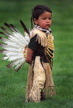 Adorable Toddler Siblings In Pow Wow Regalia As we continue to celebrate pow wow season, it's hard not to include adorable photos of the . Precious Children, Beautiful Children, Beautiful People, Beautiful Babies, Beautiful Beautiful, Native American Children, Native American History, American Indians, Pow Wow