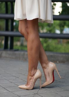 Nude pointed toe pumps. Tacchi Close-Up #Shoes #Tacones #Heels