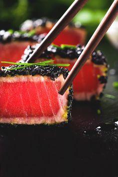 Fried tuna steak in black sesame | Kamil Zabłocki, photographer