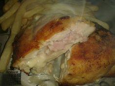 Pechugas rellenas de jamón y queso acompañada con papas bastón