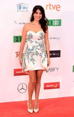 La actriz Cristina Brondo con #vestidodecóctel blanco durante los #Premios Forqué2016. #YolanCris #Redcarpet #alfombraroja #estilo #moda #palabradehonor #lookfiesta