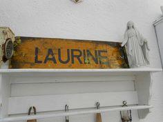 """Altes Metallschild mit der Aufschrift """"Laurine"""" aus Frankreich.  Es ist ziemlich schwer und wunderschön shabby."""
