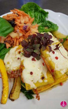 gebratene Polenta-Ecken auf Spinat und Zucchini