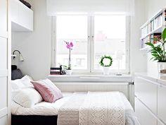 окна без штор или функциональная мебель,светлая палитра