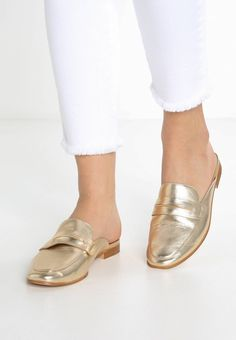 "ALDO. SHAHAN - Sandals - gold. Pattern:plain. Sole:synthetics. heel height:1.0 "" (Size 4). Padding type:Cold padding. Shoe tip:round. Heel type:block heel. Lining:leather. shoe fastener:slip on. upper material:leather. Insole:im..."