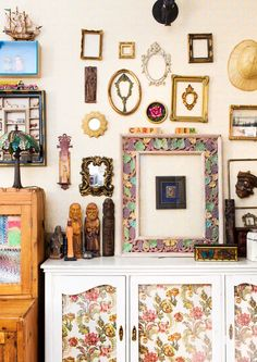 Taiteilijan luova ja värikäs koti   Meillä kotona Magical Home, Brown Interior, Semi Detached, House Tours, Art Nouveau, Gallery Wall, Flooring, Frame, Koti