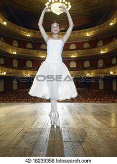 μπαλλαρίνα, χορός, αναμμένος απόσταση μεταξύ δύο σταθμών Δείτε Εικόνα Μεγάλου Μεγέθους