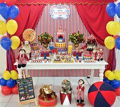Primeiro aniversário: o circo   O picadeiro foi o palco do primeiro aniversário do Gabriel! A decoração assinada por Marcia Mesquita ficou uma graça e cheia de boas ideias. Na mesa de doces, um painel de fundo simulou as cortinas do circo,