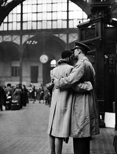 Alfred Eisenstadt: Soldier says goodbye at Penn Station, New York 1944