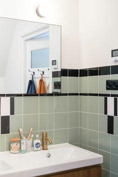 1930s House Renovation, Take A Shower, Interior Inspiration, Sink, Bathtub, Mirror, Furniture, Home Decor, Gouda