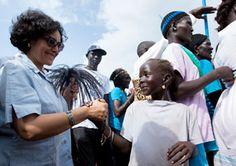 Leila Zerrougui, representante especial del Secretario General para la cuestión de los Niños y los Conflictos Armados, saluda a un niño en su visita a uno de los campamentos de protección de civiles en las instalaciones de la ONU en Juba. Una de las prioridades de su viaje a Sudán del Sur en 2014 fue el fortalecimiento de los menores afectados por los enfrentamientos.