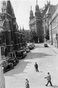 parking cars near Matthias Church 1932 (Fortepan Old Pictures, Old Photos, Vintage Photos, Budapest Hungary, Historical Photos, The Past, Vintage Architecture, Street View, History