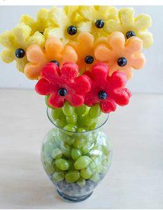 Un bouquet de fruits - A Gradient of Fruity Flowers L'art Du Fruit, Deco Fruit, Fruit Trays, Fruit Snacks, Fruit Kabobs, Fresh Fruit, Fruit Cups, Fruit Buffet, Fun Fruit
