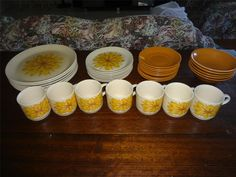 Nice colours :) Funky Kitchen, Dinner Sets, Retro, Flower Designs, Australia, Colours, Nice, Tableware, Dinnerware