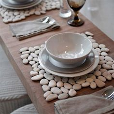 As many start to look forward to their annual migration down to the coast for a little R & R, we thought it might be nice to show some easy DIY project ideas for using pebbles in different ways for crafty DIY and home décor.