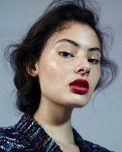 Glow, glow, glow Es una tendencia muy fuerte en el maquillaje por el revuelo que ha causado en redes sociales. El iluminador ayuda a tu rostro a verse un poco m