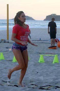 Fernanda Vasconcellos faz treino funcional em praia