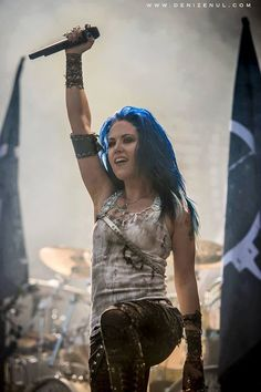 Alissa White-Gluz ! I find it fucking cool that this Canadian is now fronting Arch Enemy! I LOVE her !!!!