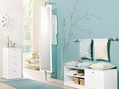 13 Gestaltungsideen für den Flur.    Abgetöntes Blau oder Türkis wird selten zu mächtig. Deshalb an verschiedenen Stellen wie Wand, Teppich und Kissen aufnehmen.