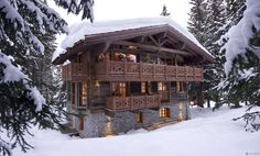Коричневый дом в шале стиле с ограждением