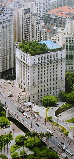 Edifício Matarazzo, built in the end of 1930's as the headquarters of the largest industrial empire in Brazil (Indústrias Matarazzo) hosts the São Paulo Mayor's office since 2004.
