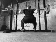 A squat is a great exercise to build muscles and gain weight in a healthy way. But to get the benefits without getting injured you need to do it correctly. Are you doing it in a correct form How To Do Squats, How To Squat Properly, What Do Squats Work, Push Pull Legs Workout, Best Leg Workout, Workout Splits, Squat Workout, Gym Equipment Names, Fitness Equipment