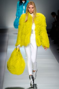 Amazing yellow fur coat Blumarine Fall I want one in every color including the bag! Fur Fashion, Love Fashion, Runway Fashion, High Fashion, Winter Fashion, Fashion Show, Fashion Design, Milan Fashion, Style Fashion