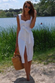 Платье из белого джинса, на кнопках, с накладными карманами, с поясом. Длина: 116 см.