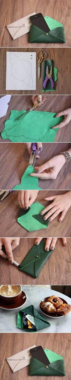 封筒型のバッグは一枚の皮で作るのでシンプルで大人な表情。  型紙の通りに切って金具一つで留めるだけ、のこのケースはスマホやカード、少額のお金ならさっと持って出かけるのに便利ですね。
