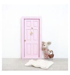 Puerta para que el ratoncito Pérez entre a la habitación