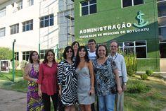 Funcionários da Biblioteca do Câmpus marcam presença na abertura da mostra. Na foto, com o vice-diretor da FMB, professor José Carlos Peraçoli (1º à direita, atrás)
