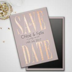 Los Save the Date con imanes son perfectos para reservar la fecha porque van directo al refrigerador y a la pila de papeles como las invitaciones. Save the date imantados en rosa oro.