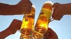 Vier Personen stoßen vor blauem Himmel mit vier Gläsern Bier an. Hot Sauce Bottles, Drink Bottles, German Sausage, Beer Week, Mason Jar Lamp, Craft Beer, Voss Bottle, Brewery, Tricks