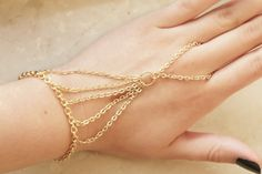 DIY Slave Bracelet cute I want to make it! Hand Bracelet, Slave Bracelet, Cute Jewelry, Metal Jewelry, Hand Jewelry, Diy Jewlry, Handmade Wire Jewelry, Ankle Chain, Fantasy Jewelry