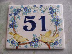PLACA NUMERO PARA CASA EM CERAMICA BAIXO ESMALTE. RESISTENTE A SOL E CHUVA, QUEIMADA A 1000 GRAUS. TEM QUE SER CHUMBADA NA PAREDE OU ADICIONADA A FERRAGEM House Number Plates, Tile House Numbers, Ceramic Painting, Ceramic Art, Slate Signs, Porcelain Ceramics, Decorative Items, Tiles, Greeting Cards