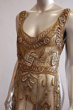 Верхнее платье - прозрачный тюль, вышитый серебряными и золотыми нитями и шёлком. 1910-12 гг. Kerry Taylor Auсtions.