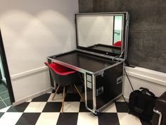 love flight cases at work , now i can have them at home yipee !!!!!!! Crazy flight case dressing table!