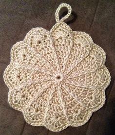 Pretty scalloped potholder - free pattern link http://web.archive.org/web/20011228070554/members.aol.com/lffunt/scallph.htm   . . . .   ღTrish W ~ http://www.pinterest.com/trishw/  . . . .  #crochet