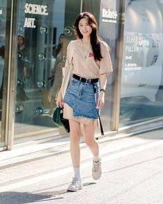 Toàn đồ đơn giản nhưng lại có những cú twist chẳng ai nghĩ ra, street style của giới trẻ Hàn sẽ khiến bạn phục sát đất - Ảnh 1. Korean Street Fashion, Korea Fashion, Trendy Fashion, Fashion Outfits, Womens Fashion, Girly Outfits, Asian Style, Denim Skirt, Dress Skirt