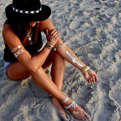 Me encantan las pulseras como complemento, en el tobillo mejor que mejor. Esta foto es pura belleza, ademas parace super relajante para mi... moda, complementos, outfit, playa, verano, vacaciones, look,