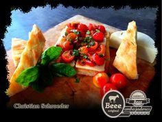 La primera receta de nuestro embajador Christian Schroeder: Bocadillos Orgánicos de Focaccia y tomatitos al vodka. Gracias Christian por tus aportaciones.  Visita la página oficial de Beee para conocer la receta: http://saboresysentimientos.com/recetas/bocadillos-organicos-de-focaccia-y-tomatitos-al-vodka-receta-de-queso-panela-beee-por-nuestro-embajador-christian-schroeder/