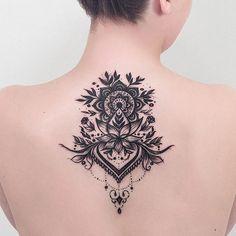 Mandala nas costas da Raíssa.  Feita em duas sessões e as inspirações em formas orgânicas.  Rah mais uma, sabe que amamos sempre receber sua visita no estúdio, além de cliente, uma grande amiga.  #mandala #mandalatattoo #mandalaart #tatuagemfeminina #lotustattoo